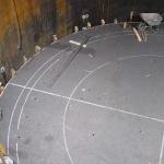 Die erste Graphitlage am Boden des Hochofens, auf  0,03 mm Genauigkeit verlegt, dient als Basis für die weitere Auskleidung.